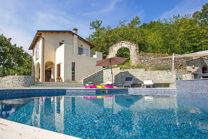 Luxury Tuscan casa w/ pool and breathtaking views