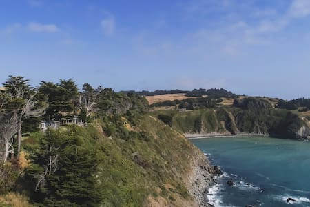 Mendocino Coast Cliffside Cottage—Shangri-La