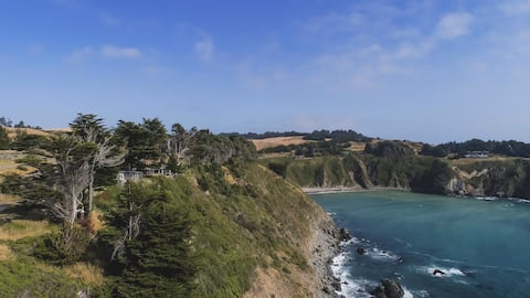 Mendocino Coast Cliffside Cottage—Shangri-La
