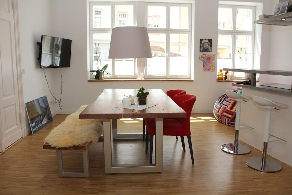 Esstisch mit Flat TV