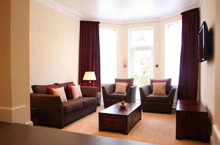 Fully Serviced Ground Floor Townhouse Apartment