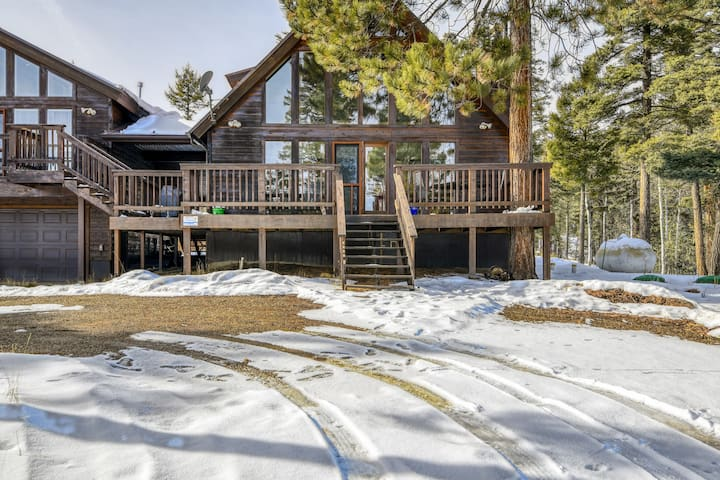 Mountain view home with large deck & cozy fireplace - close to ski slopes/golf!
