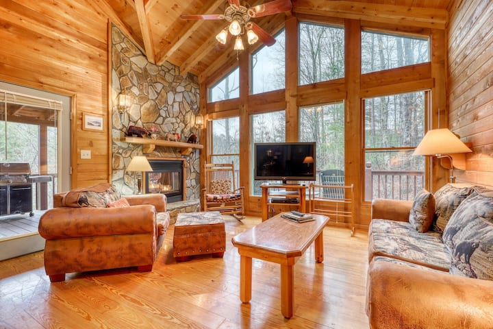 Cozy, dog-friendly getaway w/ a private, indoor hot tub & furnished deck