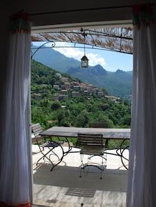 calme,nature et magnifique vue sur le village - Nessa