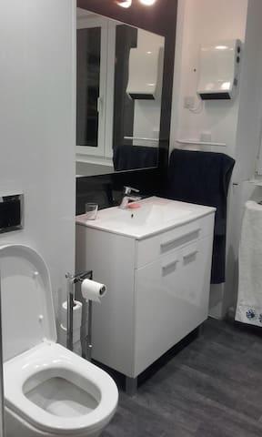 Salle de douche et WC privatifs
