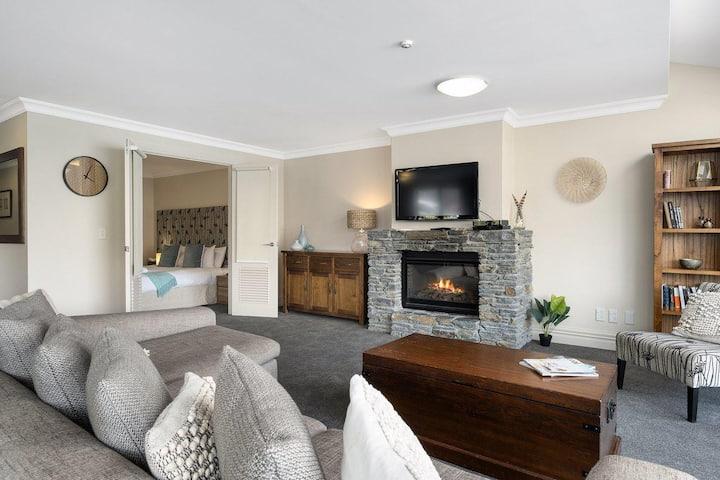 Lakefront Luxury at 912   2 Bedroom   Spacious