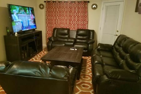 "Living room with 65""Tv plus cable - Austell - 公寓"