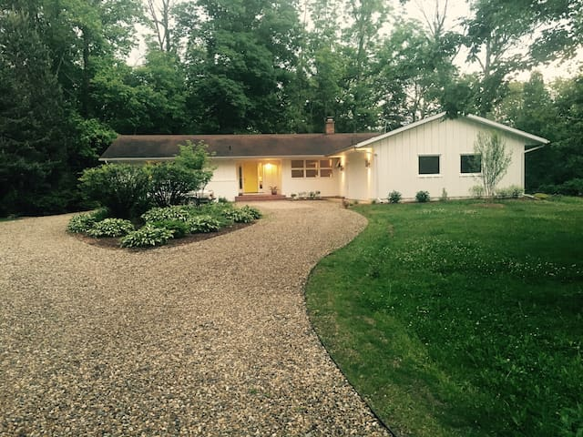 Mid Century Modern Family Home in Harbor Country - Three Oaks - Dom