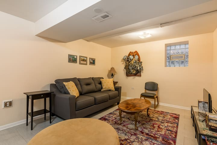 Cozy 2BD/1BA in Charming Logan Square
