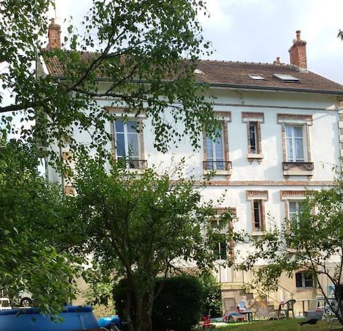 Villa - 5 chambres - Jardin arboré - Gare TGV  - Montbard