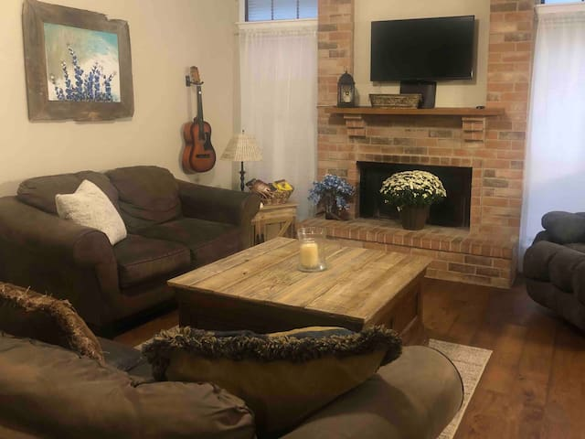 Convenient to downtown - 3/2, King bed & garage