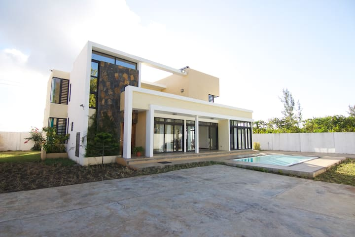 Luxury Beach Villa for 8 4BR w/Private Pool + WIFI - Quatre Cocos