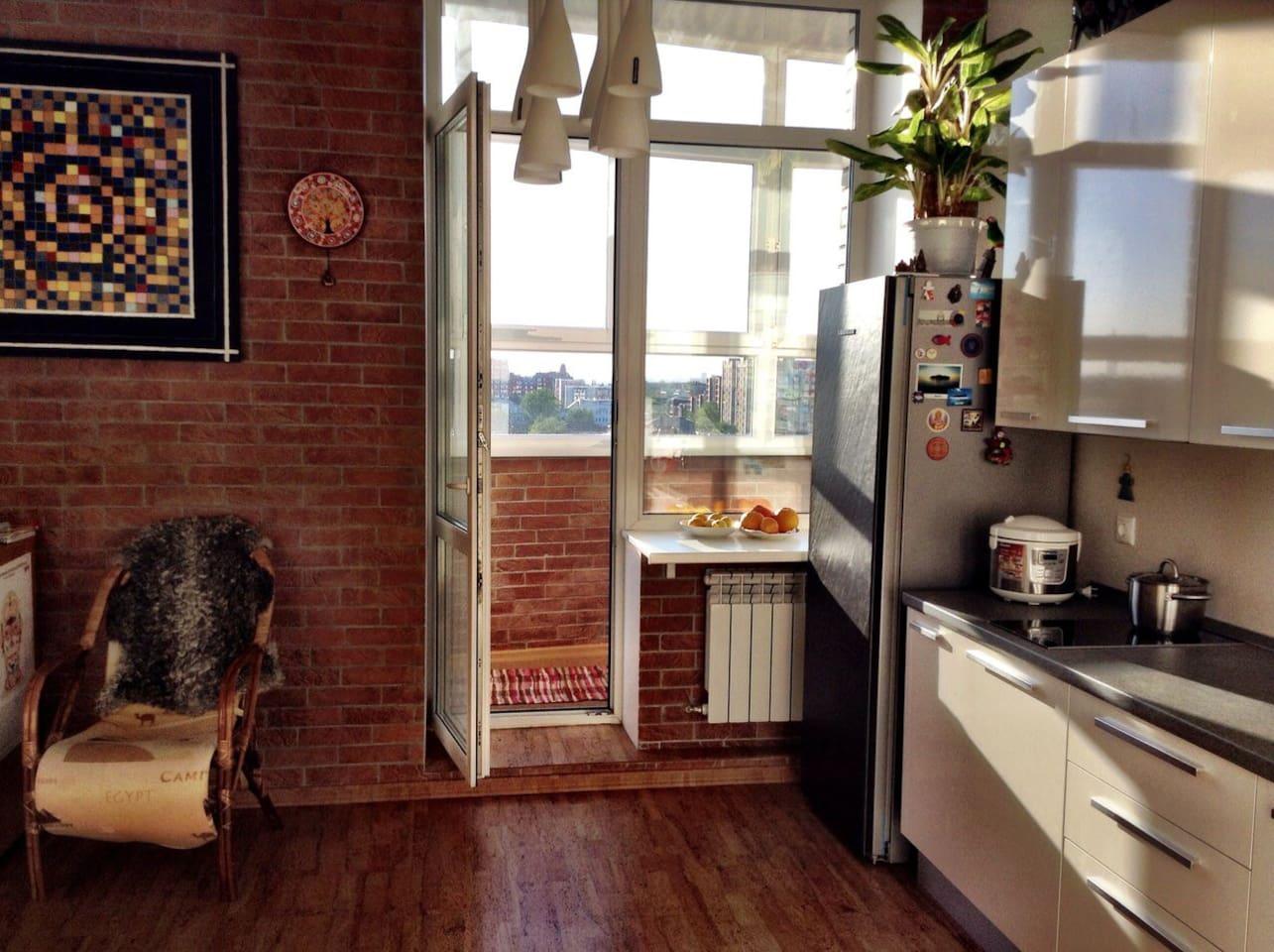Вид на лоджию , кухня.