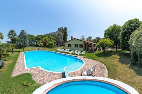 VILLA with POOL and LARGE PARK in exclusivity