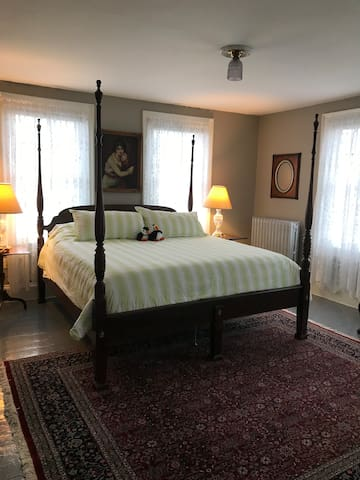 King size bed with ensuite.