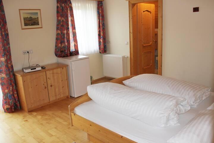 Großes Komfortzimmer mit Balkon und Badewanne