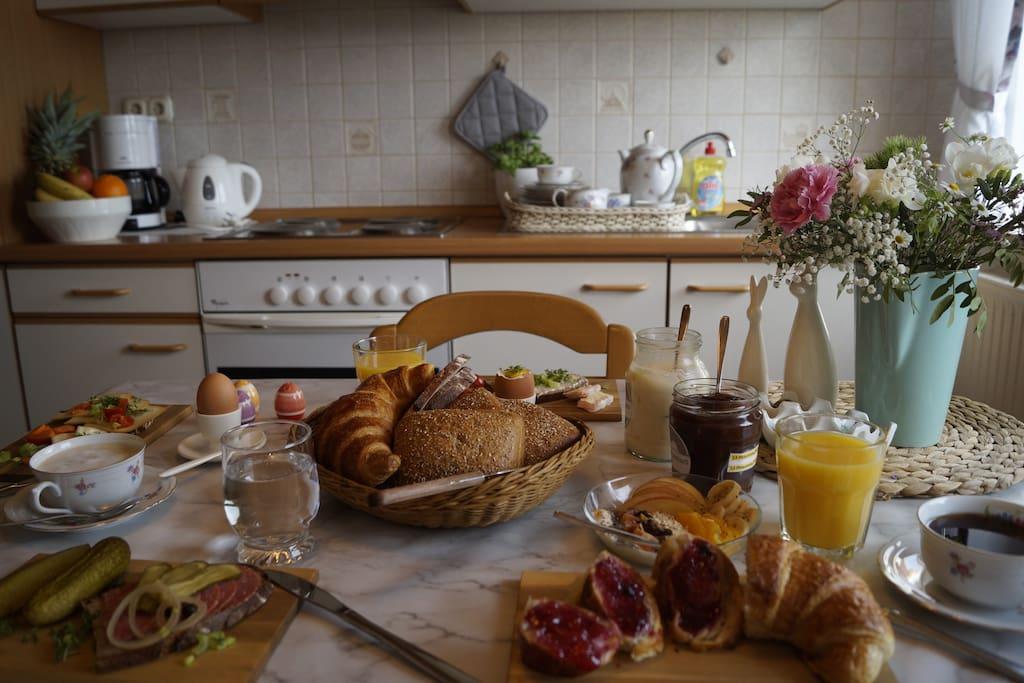 So gemütlich können Sie in unserer Küche ebenfalls frühstücken - mit direktem Blick in die wunderschöne Rhön.