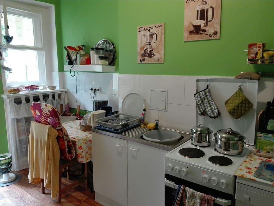 Essecke mit Wasserkocher (Tee vorhanden), Toaster, Kaffee-Pads-Maschine (Kaffee gegen kleine Spende für die Kaffeekasse)  und Zugang zum Balkon