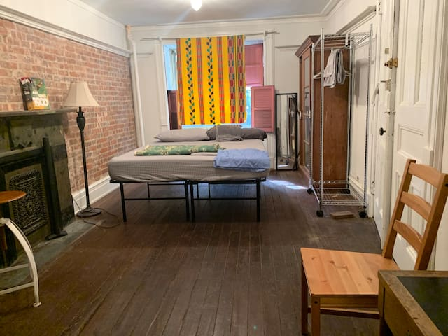 lovely studio (r2) in central HARLEM near subway