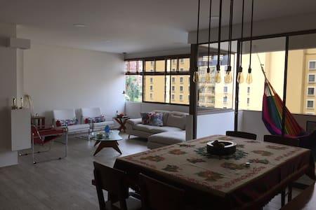 Apto Nuevo 160M2, 3 alcobas, zona hotelera, Wifi. - Cali - Lägenhet