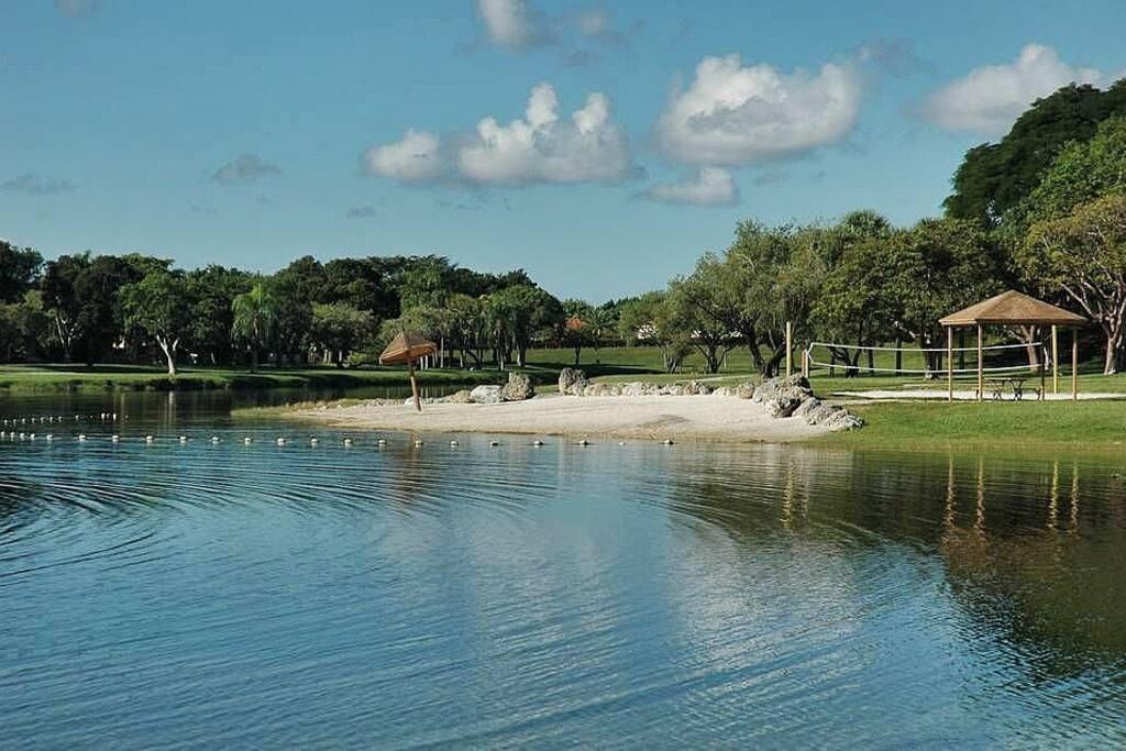 5 minutes walking from The Hammocks Lake. Enjoy this spectacular lake beaches!