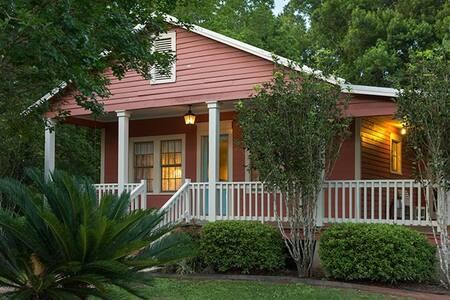 Sweet Surrender Cottage - Maison D'Memoire B&B Cottages