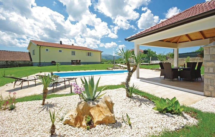 Green oasis with pool and mountain viwes