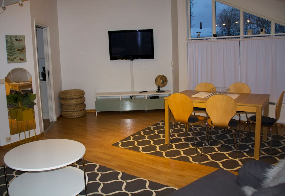 Bright and pleasant living room with a pull out dining table that can seat up to ten people comfortably. // Helles und gemütliches Wohnzimmer mit einem ausziehbaren Esstisch für bis zu 10 Personen.
