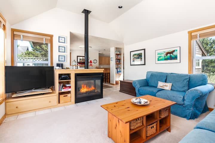 Beachlovers Getaway, pet-friendly with hot tub and great beach access