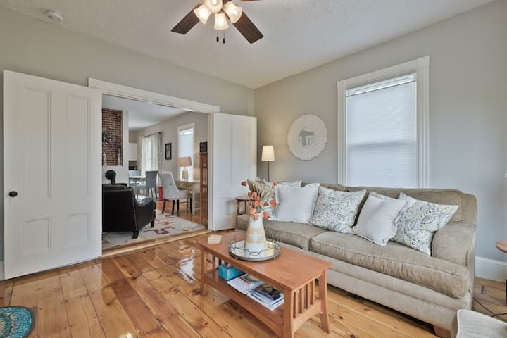 Comfortable 2 bedroom with deck - great location !