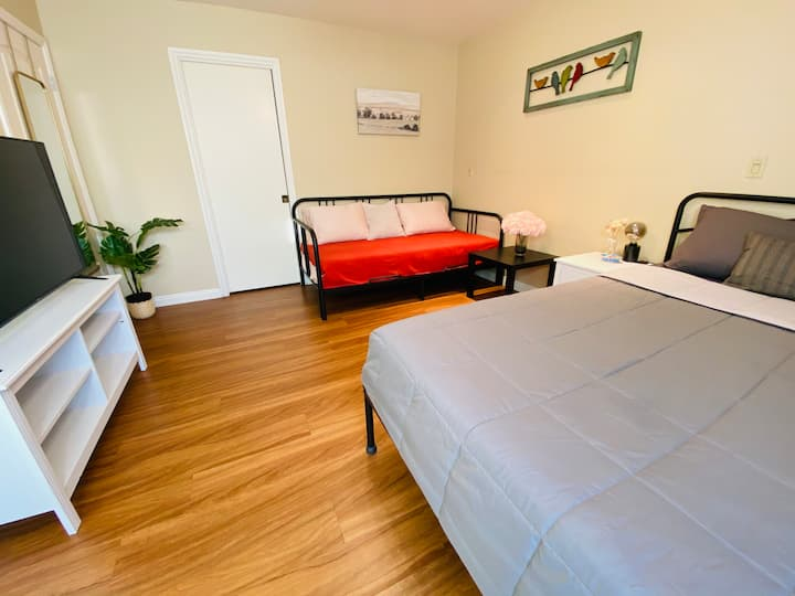 Cozy bedroom, self check-in near Mile Square Park