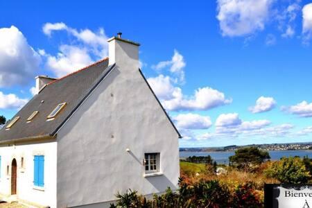 Confortable & spacieux cottage, belle vue marine - Rosnoën
