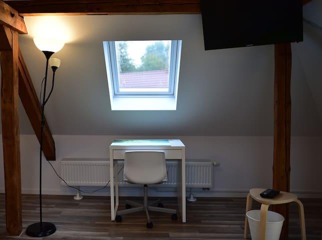 Schreibtisch im Dachgeschoss