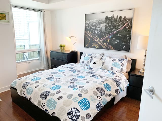 Downtown Toronto CN Tower  - 1 Parking - Sleeps 8