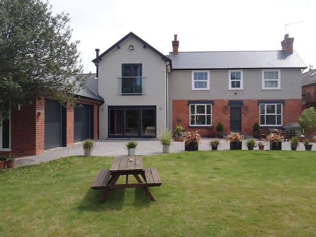 Double En-suite Room in Modern Home - Ground Floor - Worcester - Rumah