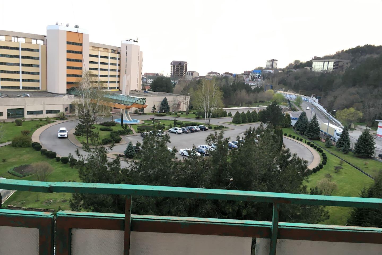 """Вид  из квартиры на отель """"Молния"""".  Балкон."""