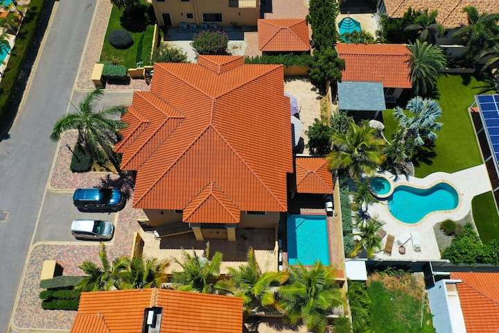 BEAUTIFUL HOUSE WITH PRIVATE POOL IN GOLD COAST