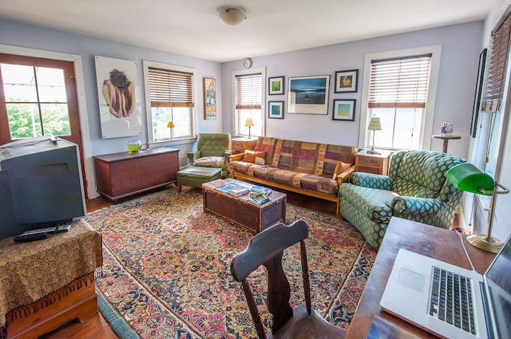 Private room on a sheep farm - Fallston - House