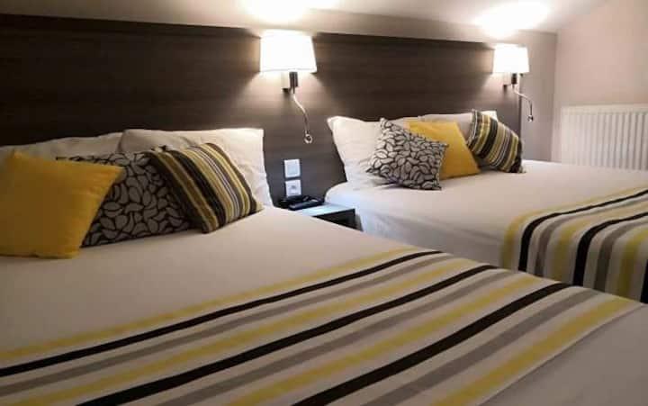 Chambre pour 3 avec 2 grand lits