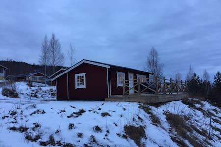 Nyrenoverad stuga med sjöutsikt - Vallsta - Cottage