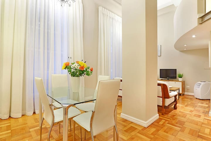 Acacia Place has a 4-seater dining table