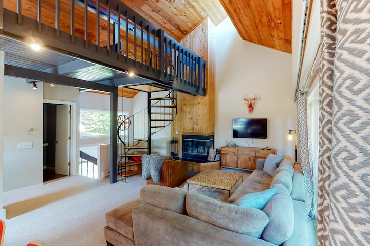 Modern lodge style, ski-in/ski-out condo w/ loft and wood-burning fireplace!
