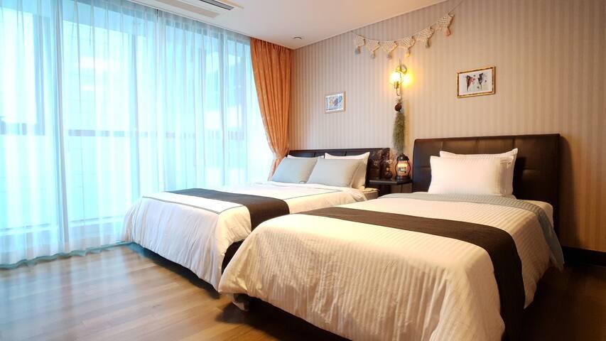 Room2.(Q+SS bed) (천장형 에어콘1대, TV 1대, 소형 공기청정기)