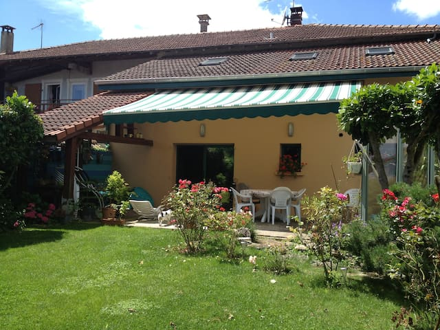chambre dans maison de village avec jardin+piscine - Saint-Georges-sur-Renon