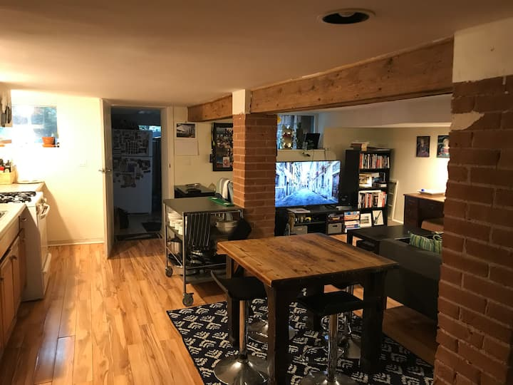 Basement Apt 7 min walk from Dufferin Station