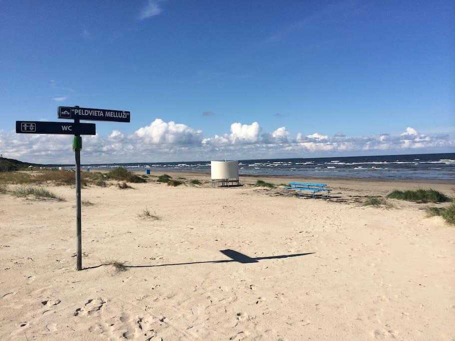 До пляжа 15 минут пешком и 15 минут пешком до речки.