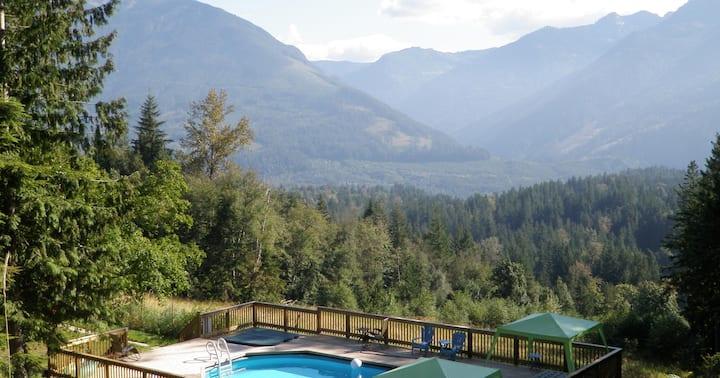 Spectacular views, Swimming pool, Hottub, 19 acres