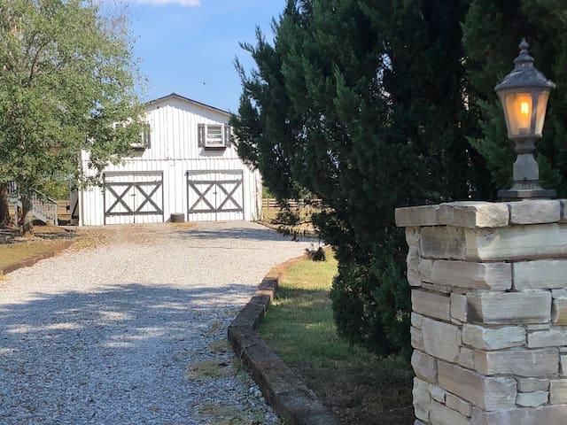 Old Natchez Trace Very Cool Barn Loft sleeps 5+