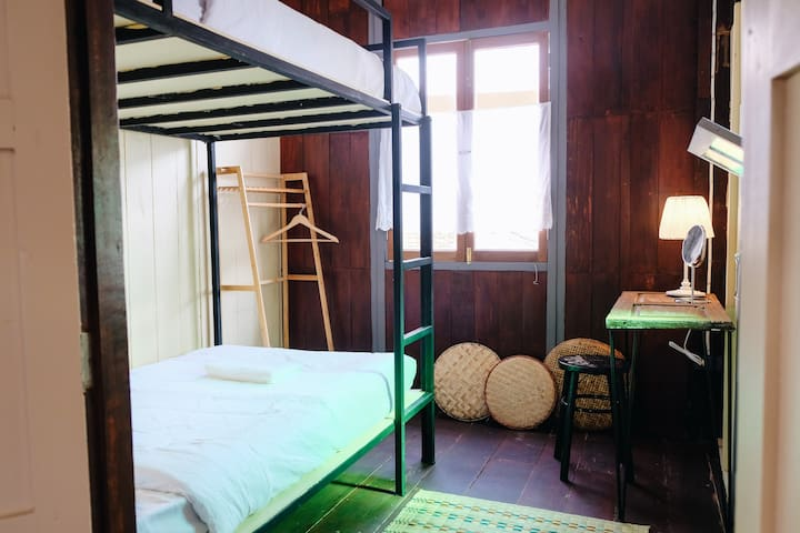 บ้านเสงี่ยม-มณี Baan Sa ngiam-Manee (Yellow Room)