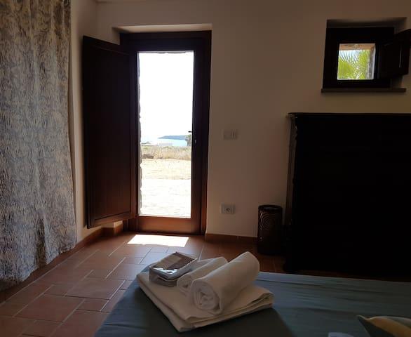 Vista Faro Punta Spadillo  comodamente sdraiati sul letto